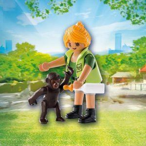 Soigneuse avec bébé gorille