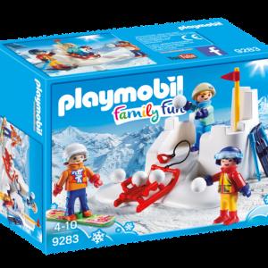 Enfants avec boules de neige
