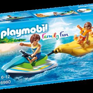 Vacanciers avec scooter des mers et banane
